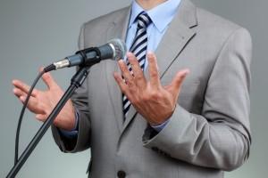 Reder spricht mit seinen Händen